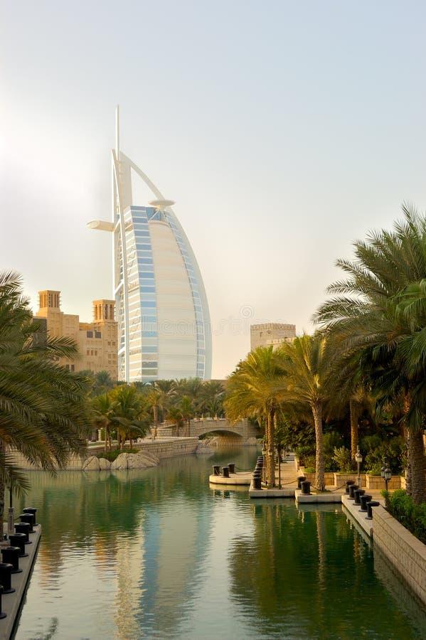 Das arabische Hotel des Burj Als während des Sonnenuntergangs lizenzfreies stockbild