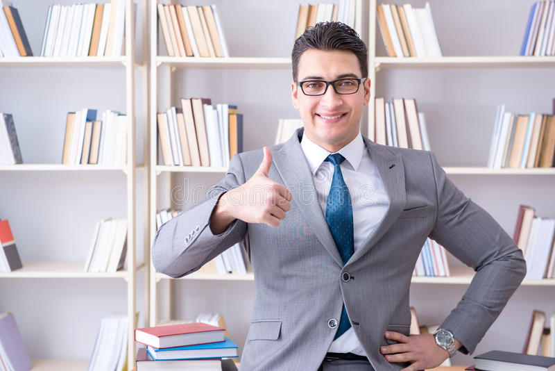 Das arbeitende Studieren des Geschäftsjurastudenten in der Bibliothek lizenzfreie stockfotografie
