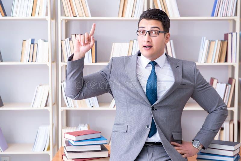 Das arbeitende Studieren des Geschäftsjurastudenten in der Bibliothek lizenzfreies stockbild