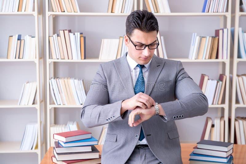 Das arbeitende Studieren des Geschäftsjurastudenten in der Bibliothek stockfotos