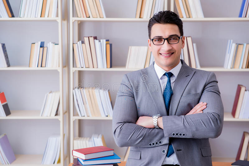 Das arbeitende Studieren des Geschäftsjurastudenten in der Bibliothek stockbild