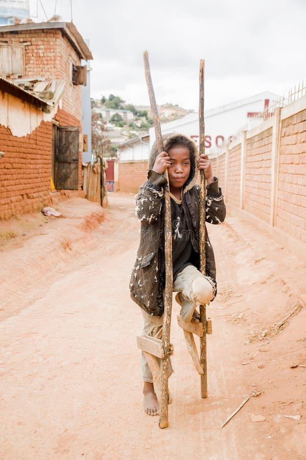 Das arme Mädchen, das auf der Straße spielt stockfotografie