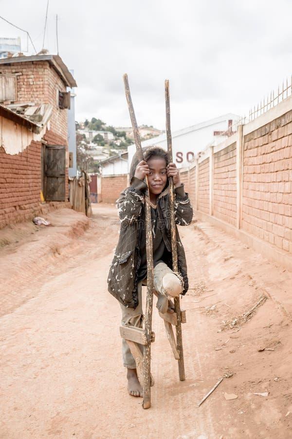 Das arme Mädchen, das auf der Straße spielt lizenzfreies stockbild