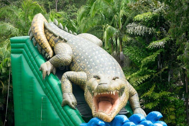 Das aufblasbare Krokodil der Kinder lizenzfreie stockfotos