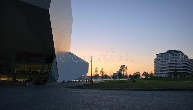 Das Augen-Filminstitut die Niederlande auf der Nordbank des Flusses IJ bei Sonnenuntergang in Amsterdam lizenzfreie stockfotos