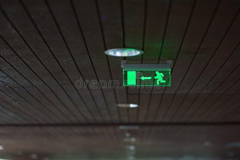 Das Ausgangszeichen des Gebäudes glüht grün stockbild