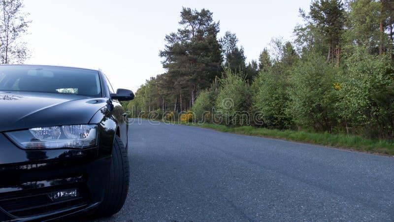 Das Auto, das auf der Seite der Straße geparkt wird - fahren Sie sicher Konzept stockfotografie