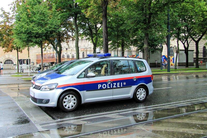 Das Auto der österreichischen Bundespolizei auf der Straße von Wien während des Regens Bundespolizei stockbilder
