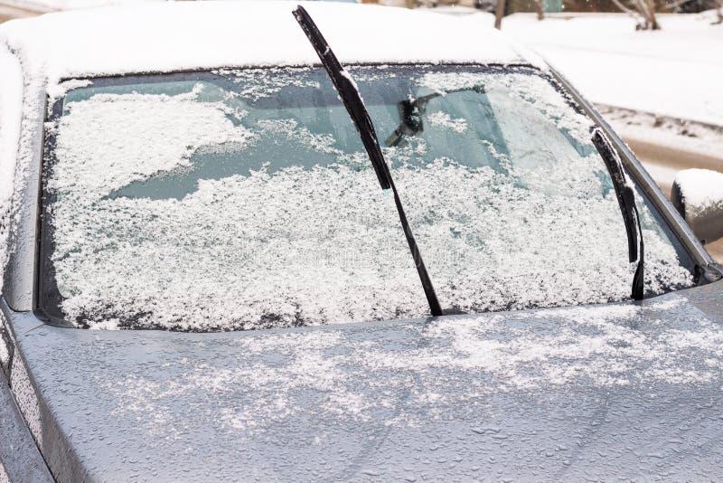 Das Auto ist in der Kälte Die Wischer haften heraus stockbild