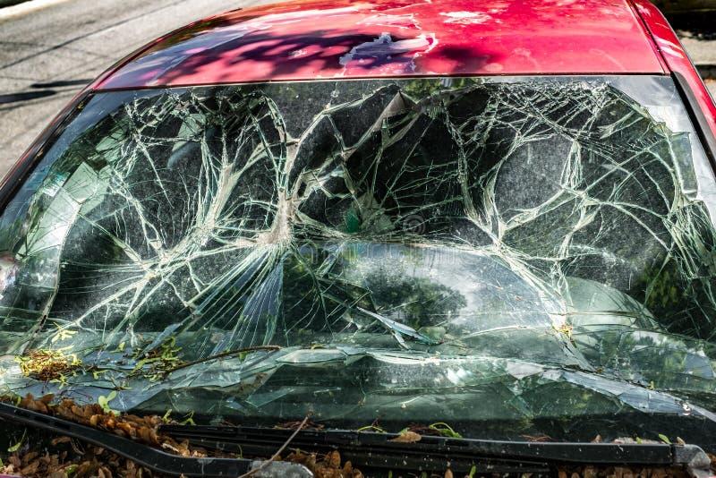 Das Auto mit der defekten Windschutzscheibe lizenzfreie stockbilder
