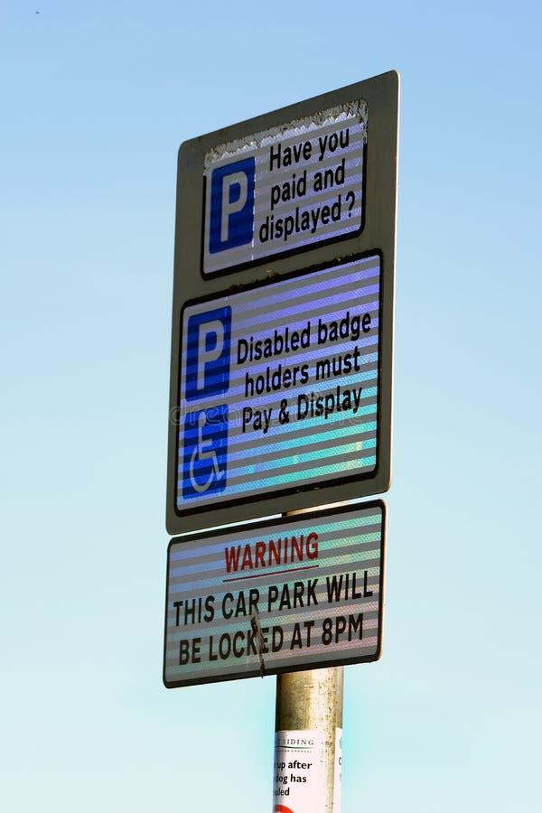 Das Autoparken unterzeichnen in Tag-glo Material stockbild