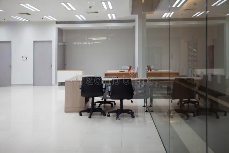 Das Büro des Geschäfts ist leer und hat ein großes Klarglas lizenzfreies stockfoto
