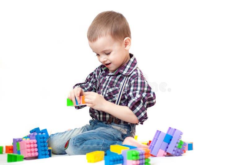 Das Baby, das mit Blöcken spielt, spielt auf weißem Hintergrund stockfotografie