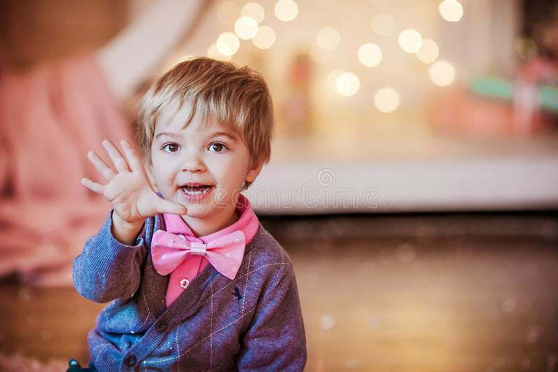 Das Baby schließt sich am Vorabend des neuen Jahres mit großer rosafarbener Bug-Krawatte lizenzfreies stockfoto