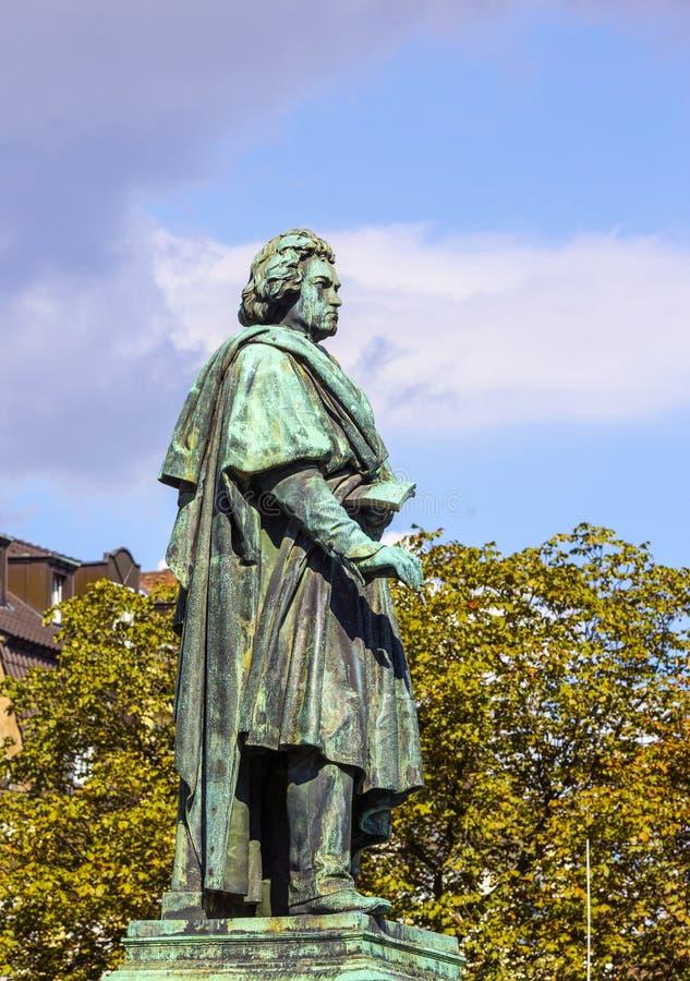 Das Beethoven-Denkmal auf dem Munsterplatz in Bonn lizenzfreies stockbild