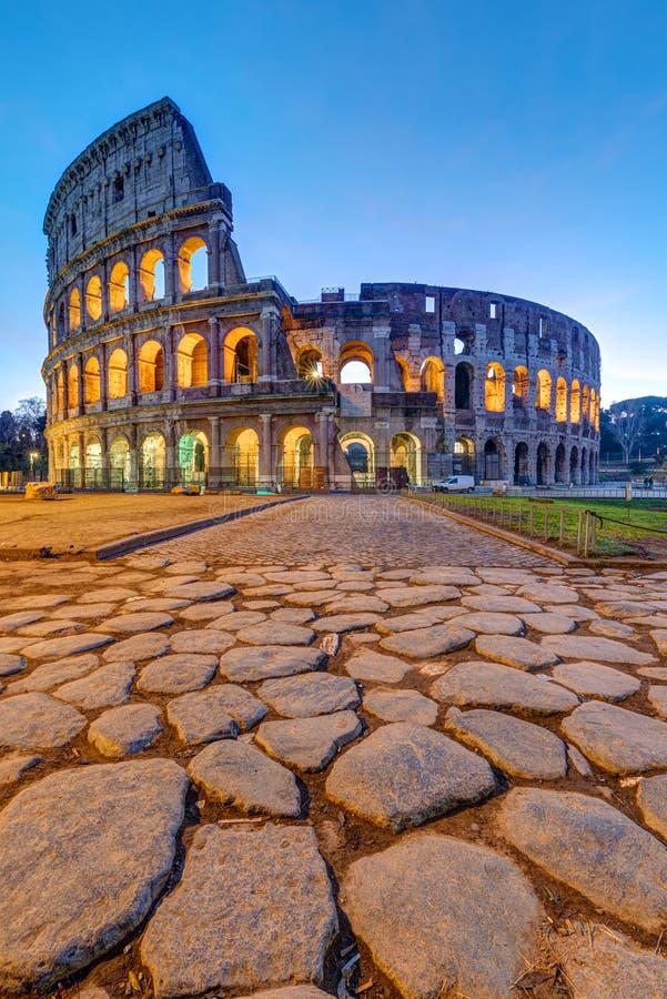 Das beleuchtete Kolosseum in Rom im Morgengrauen stockfotografie