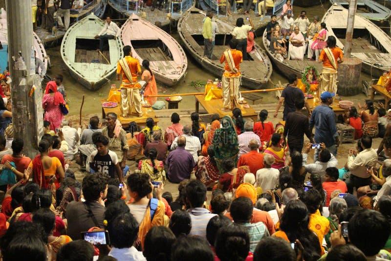 Das berühmte Feuerritual und -prozession in Varanasi, ziehend zu an stockfotos