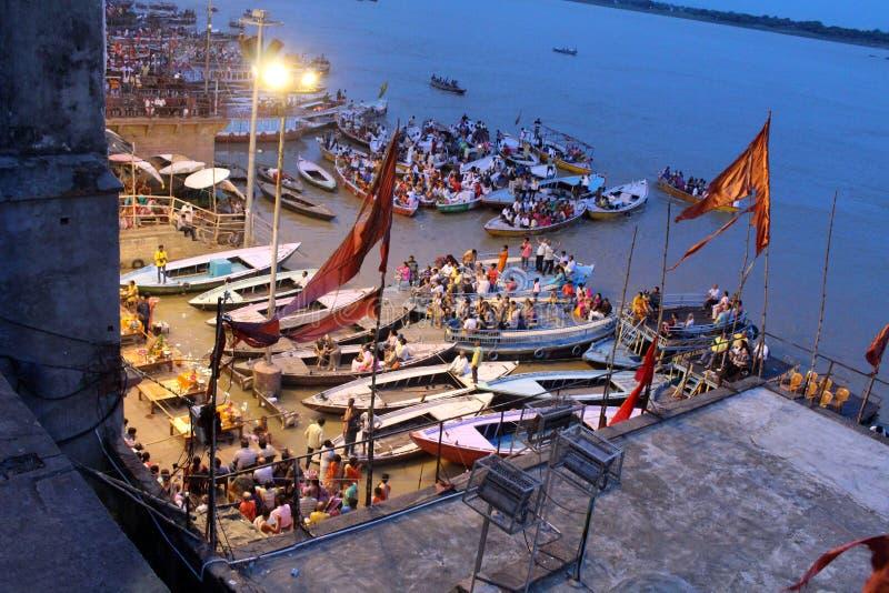 Das berühmte Feuerritual und -prozession in Varanasi, ziehend zu an stockbild