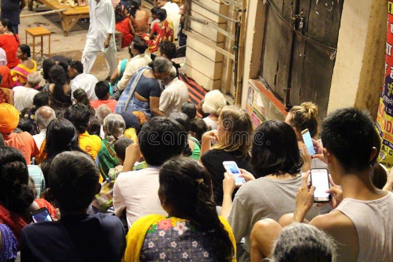 Das berühmte Feuerritual und -prozession in Varanasi, ziehend zu an lizenzfreie stockfotografie