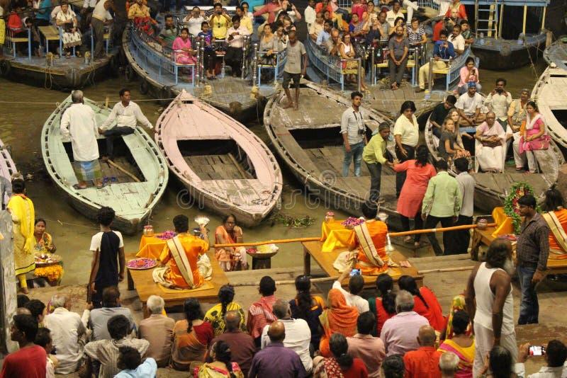 Das berühmte Feuerritual und -prozession in Varanasi, ziehend zu an lizenzfreies stockbild