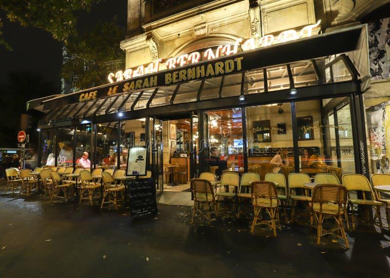 Das berühmte französische Café Sarah Bernardt nachts, Paris, Frankreich stockfotografie