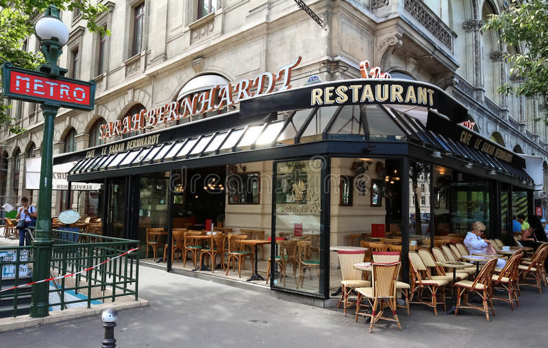 Das berühmte französische Café Sarah Bernardt, Paris, Frankreich lizenzfreies stockfoto