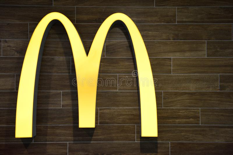 Das berühmte ikonenhafte Unternehmenslogo goldener Bögen Mcdonald lizenzfreie stockbilder