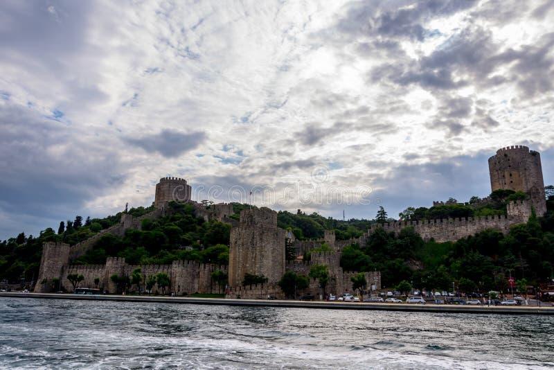 Das berühmte Rumeli-Schloss auf dem Hügel in der Stadt von Istanbul stockbild