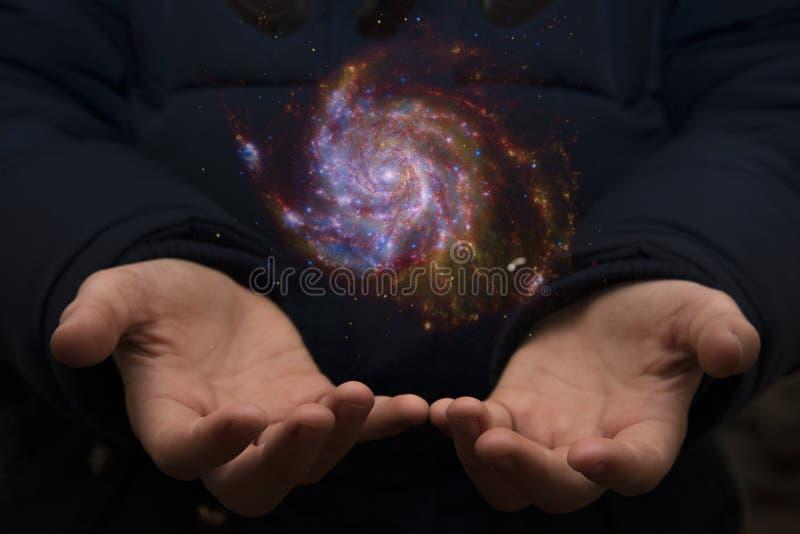 Das beträchtliche Universum in den Händen eines Kindes Elemente dieses imag lizenzfreies stockfoto