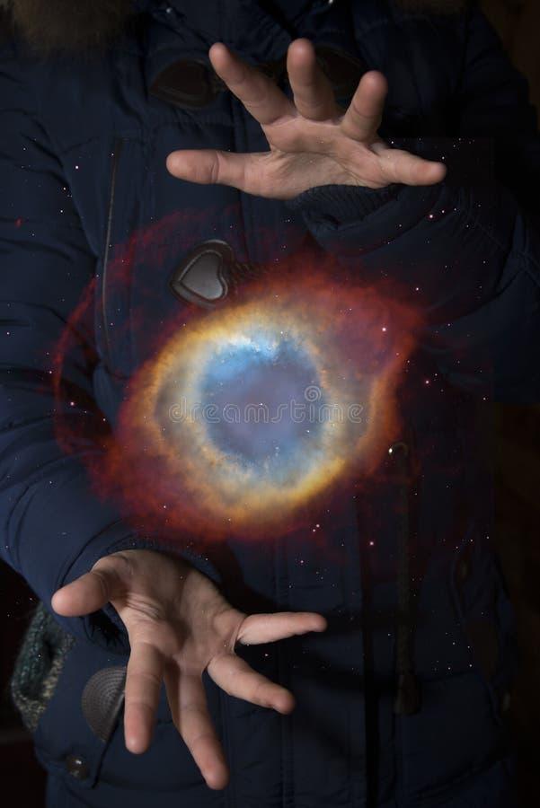 Das beträchtliche Universum in den Händen eines Kindes Elemente dieses imag lizenzfreies stockbild