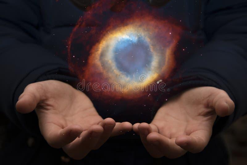 Das beträchtliche Universum in den Händen eines Kindes Elemente dieses imag stockfoto