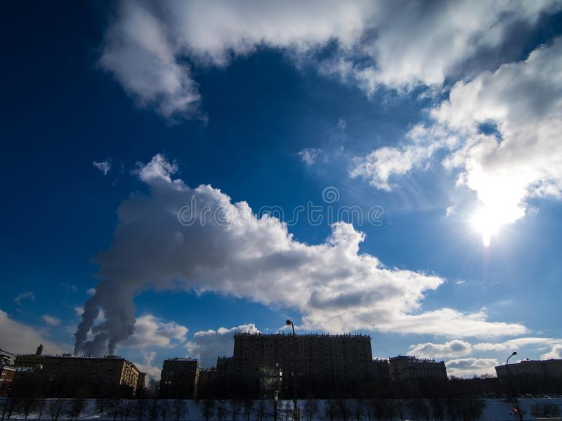 Das Bild der Luftverschmutzung im Himmel von Moskau lizenzfreies stockbild