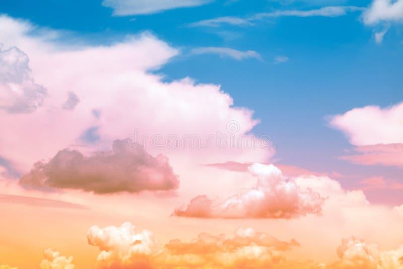 Das Bild der schönen bunten Weichzeichnung der Wolke und des Himmels stockfotos