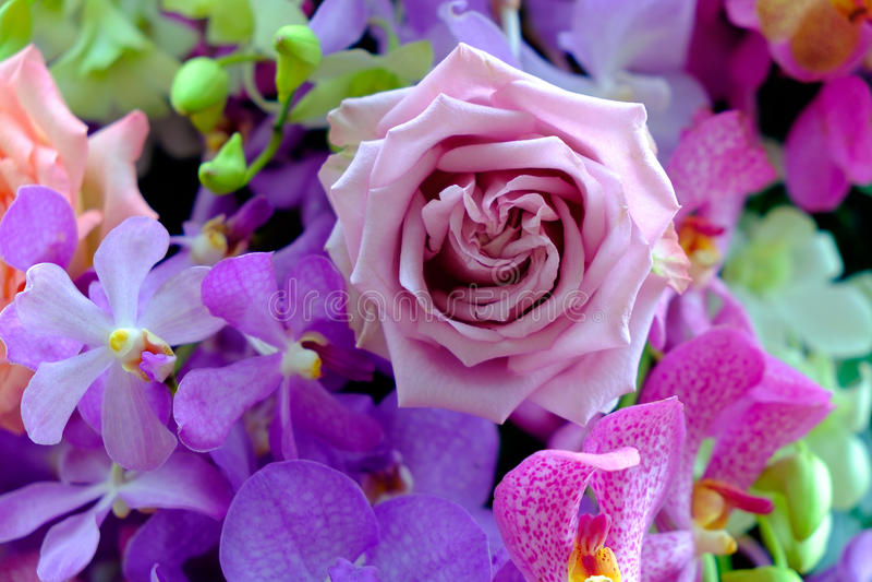 Das Bild des bunten Rosenblumenblumenstraußes mit Unschärfehintergrund lizenzfreies stockfoto