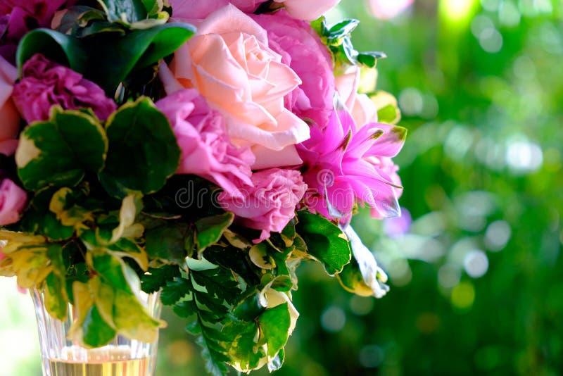 Das Bild des bunten Rosenblumenblumenstraußes mit Unschärfehintergrund stockfotografie