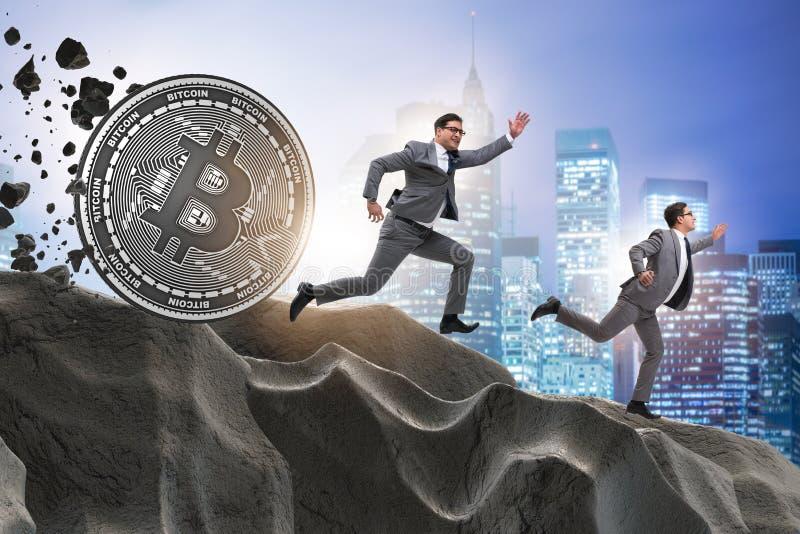 Das bitcoin, das Geschäftsmann in cryptocurrency blockchain Konzept jagt lizenzfreie stockbilder