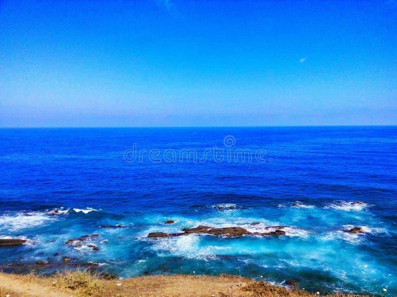 Das blaue breite Meer lizenzfreie stockfotos