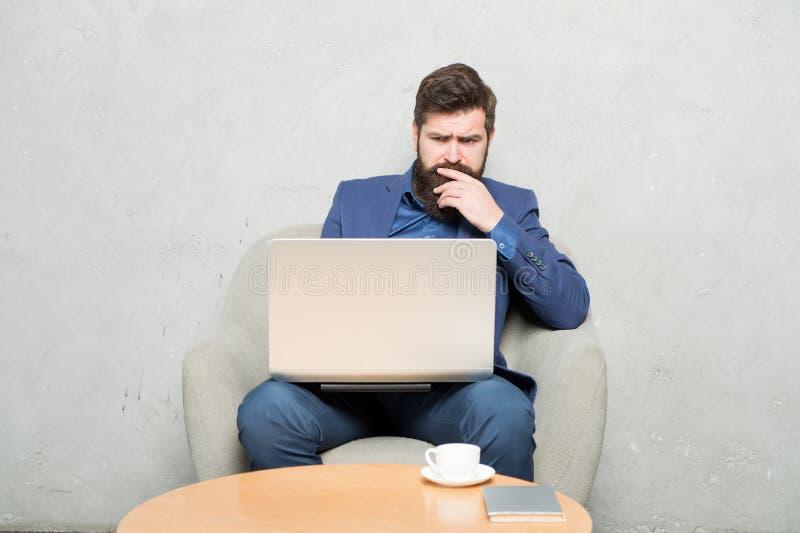 Das Bloggen ist muss für jede mögliche Firma B?rtiger Mann, der auf popul?rem Sozialem Netz bloggt Bloggender Berufsjournalist un stockbilder