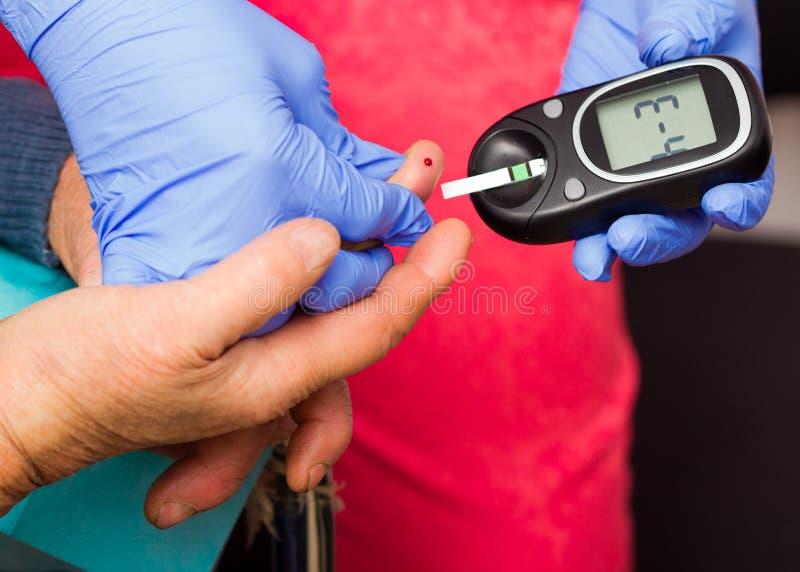 Das Blut Sugar Level des älteren Patienten lizenzfreies stockbild