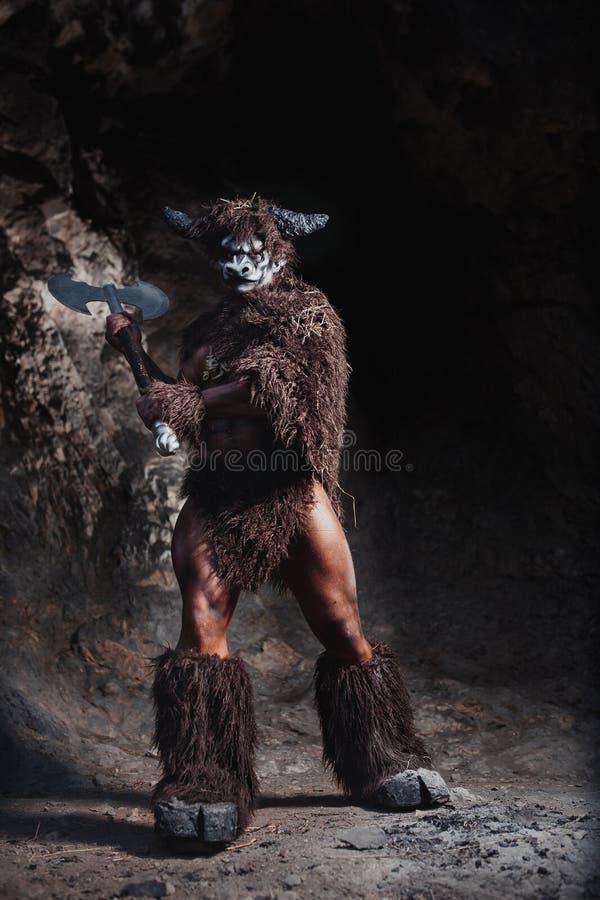 Das bodyart Mann verärgerte minotaur mit Axt in der Höhle lizenzfreie stockbilder