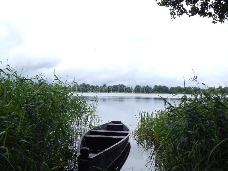 Das Boot auf dem See lizenzfreie stockfotos
