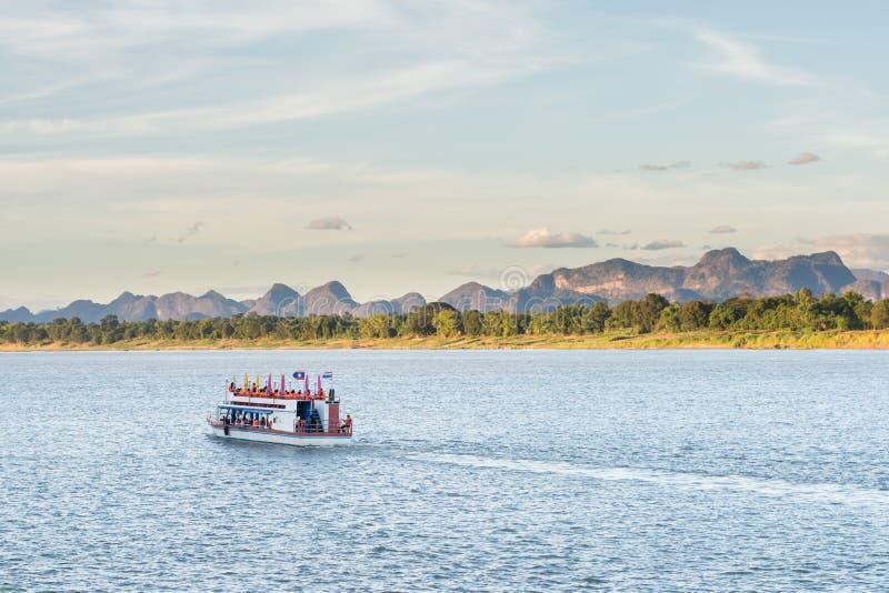 Das Boot im Mekong Nakhonphanom Thailand zum Lao stockfotografie