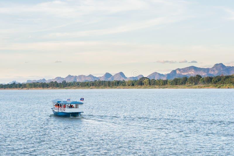 Das Boot im Mekong Nakhonphanom Thailand zum Lao stockbild