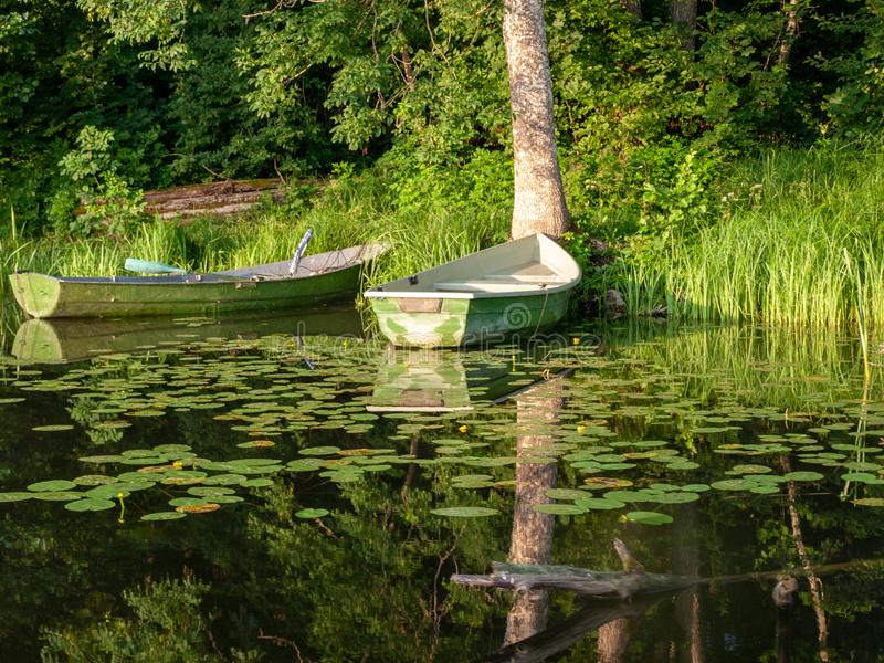 Das Boot koppelte im See an, lizenzfreie stockfotos