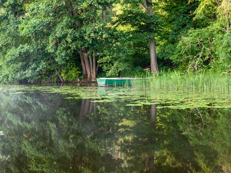 Das Boot koppelte im See an, stockfotografie