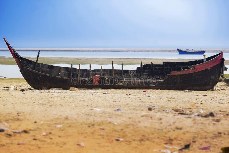 Das Boot am Strand von Ostkosten Indien bei dem Sonnenaufgang herein reparieren stockfotografie