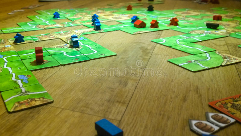 Das Brettspiel und Genießen von Freizeit spielen stockfotos