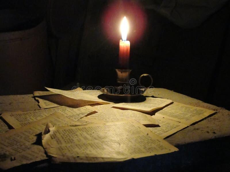 Das Buch belichtet die Dunkelheit lizenzfreies stockfoto