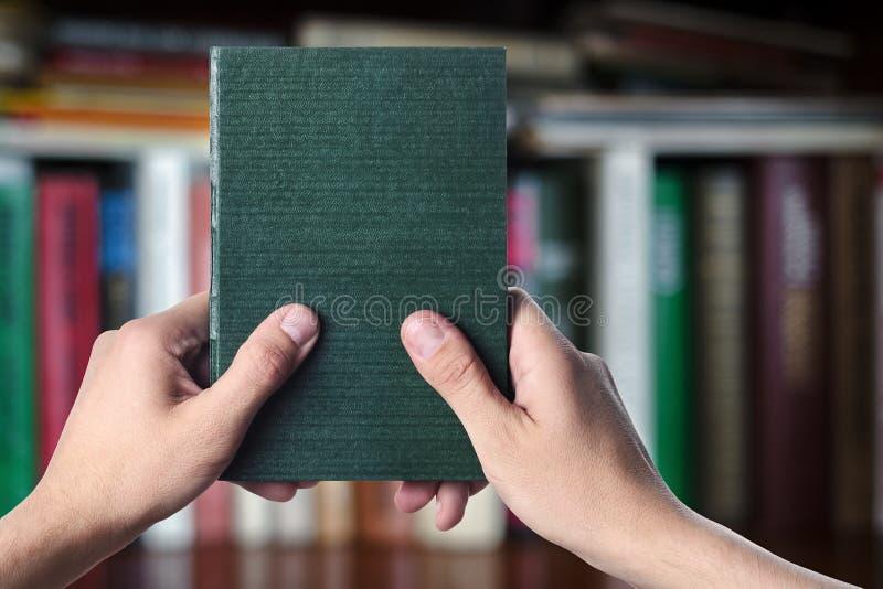 Das Buch ist in den Händen stockfotos