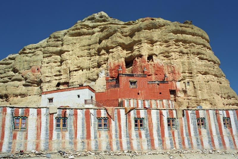 Das buddhistische Kloster Nifuk Gompa der Höhle in Chhoser-Dorf, oberer Mustang lizenzfreies stockfoto